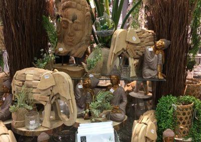 Buddhas und Elefanten aus Holz
